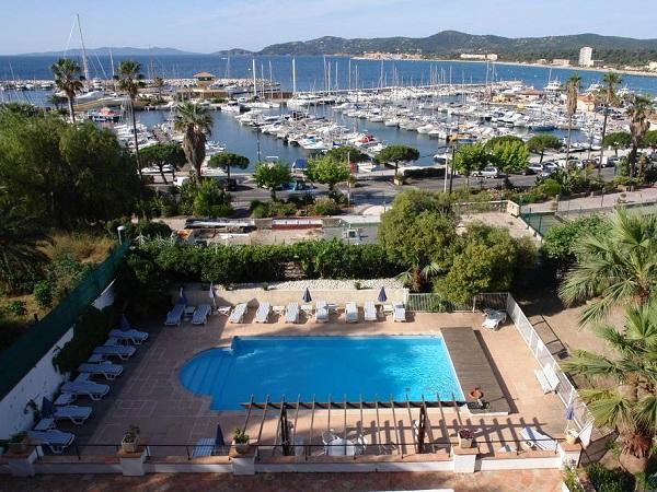 Auberge de la Calanque pool and view